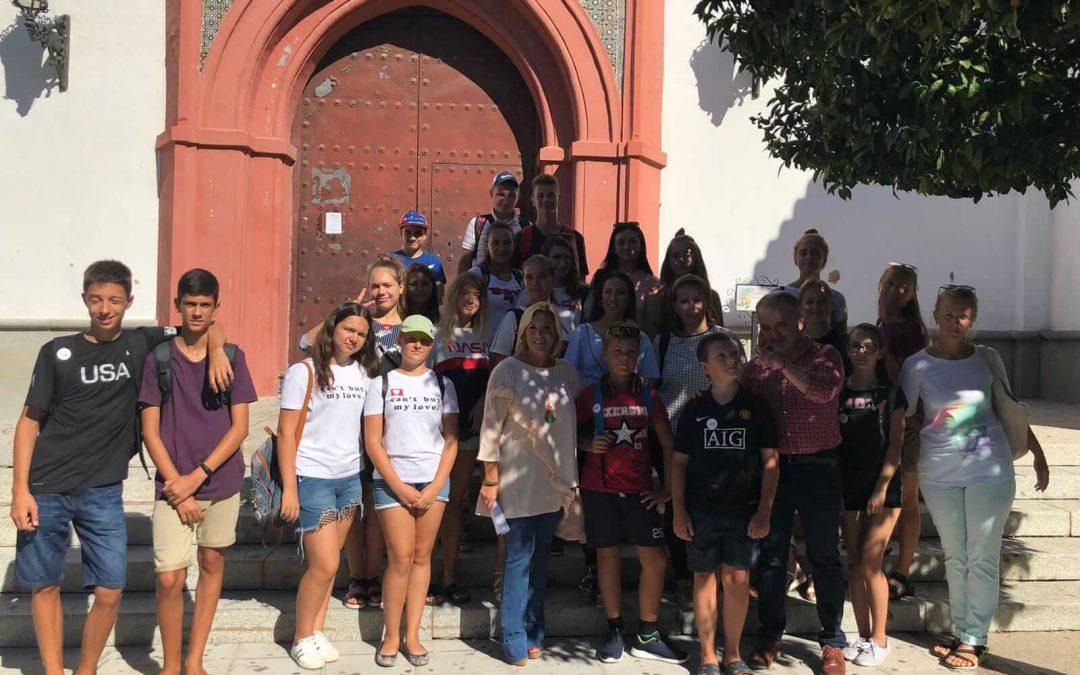 Una veintena de estudiantes de español y sus docentes procedentes de Ucrania visitan 'Betsaida Casa de Misericordia' y la localidad de Beas